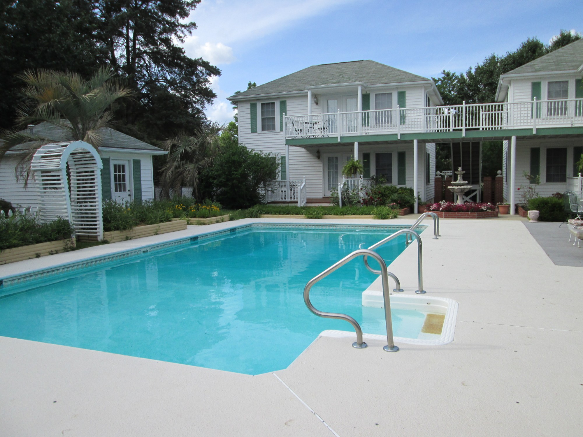 http://anniesinnbnb.com/wp-content/uploads/pool-area-and-cottages-9-10-11-12-e14018257624391.jpg